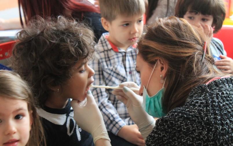 Importanța stomatologiei la copii – prevenirea cariilor la dinții de lapte
