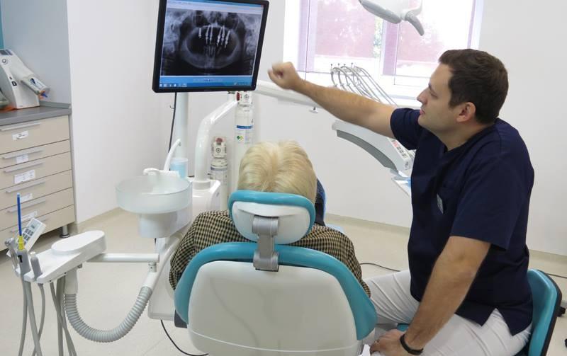 """Tot ce trebuie să știi despre operația de """"descoperire"""" a implantului dentar"""