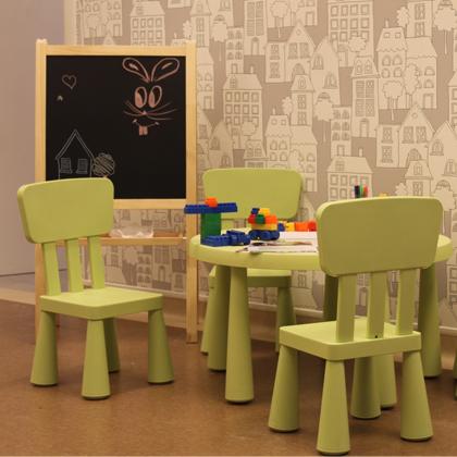 Jucării și tablă de scris în Clinica stomatologică pentru copii, Dr. Leahu Pipera