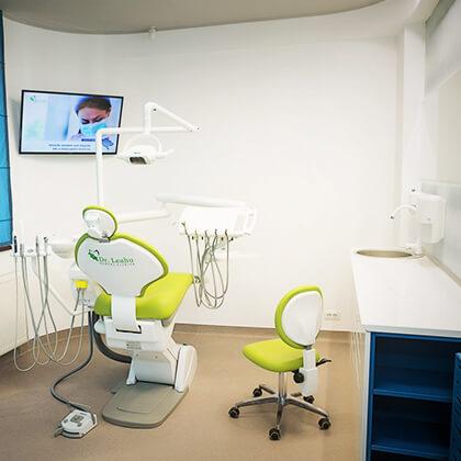 Cabinet din clinica stomatologică Dr. Leahu Caramfil complet dotat cu aparatură dentară de ultimă generație