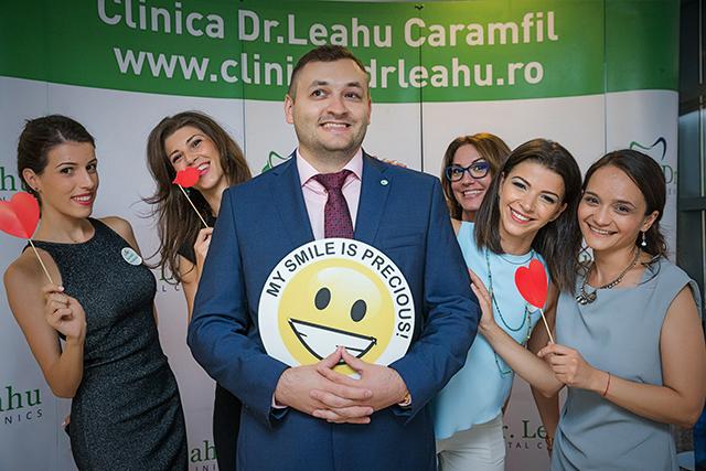 Dr. Ionut Leahu, tinand un smiley face, alaturi de 5 colege din echipa Clincilor stomatologice Dr. Leahu