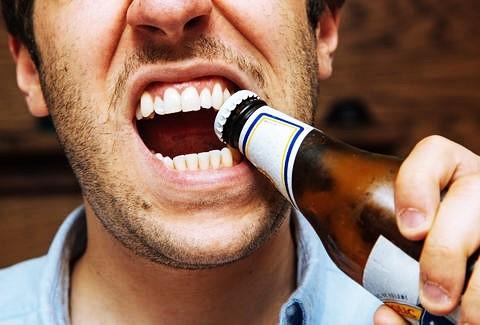 Ce se întâmplă când folosim dinții pe post de unelte?