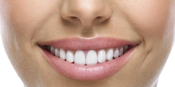Femeie cu dinti albi, zambind