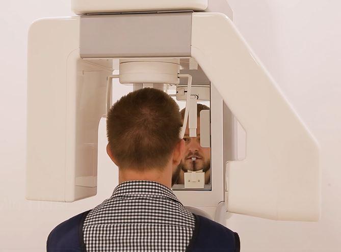 Bărbat care face o radiografie dentară totală OPG