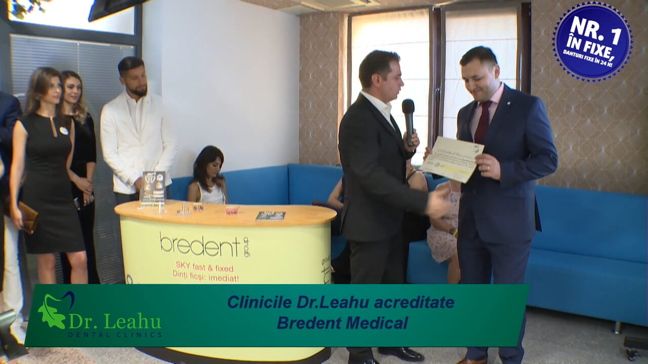 Dr. Ionuț Leahu primind o diplomă