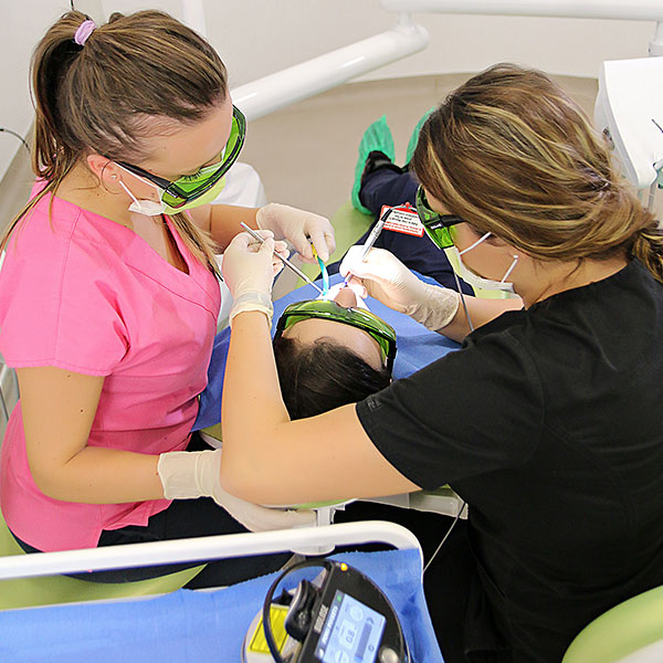 Pot tinerii să fie afectați de boală parodontală?