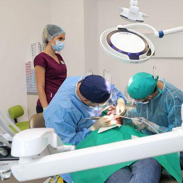 Echipa de medici dentisti in timpul unei interventii chirurgicale de inserare a implanturilor Sky Fast and Fixed de la Bredent