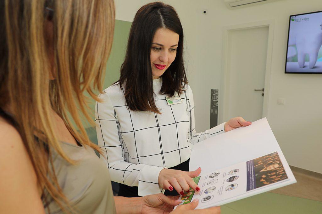 Pacientii sunt consiliati privind abonamentele pentru serviciile stomatologice ale clinicii dr Leahu