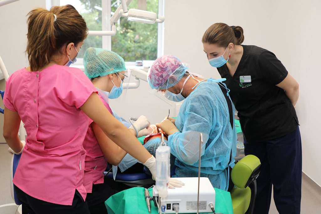 Echipa de medici specialisti in chirurgie dentara, in timpul unei proceduri
