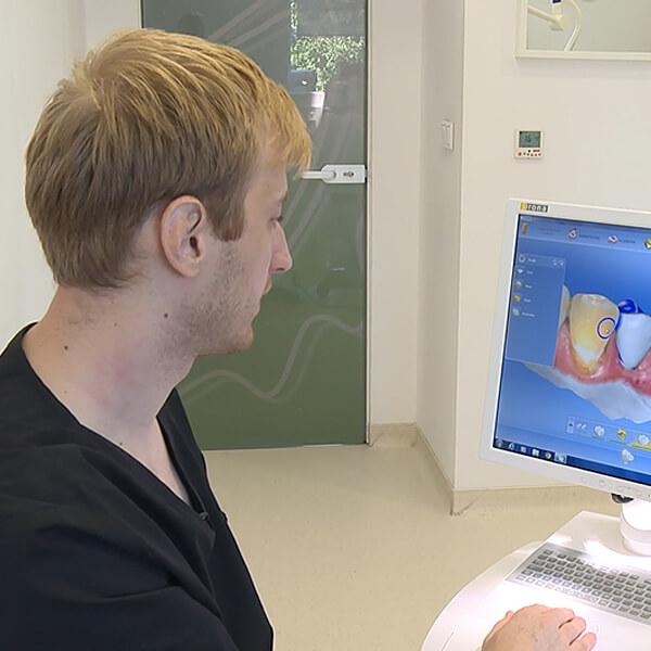 Medic care realizează designul computerizat al unei coroane dentare, într-un cabinet stoamatologic