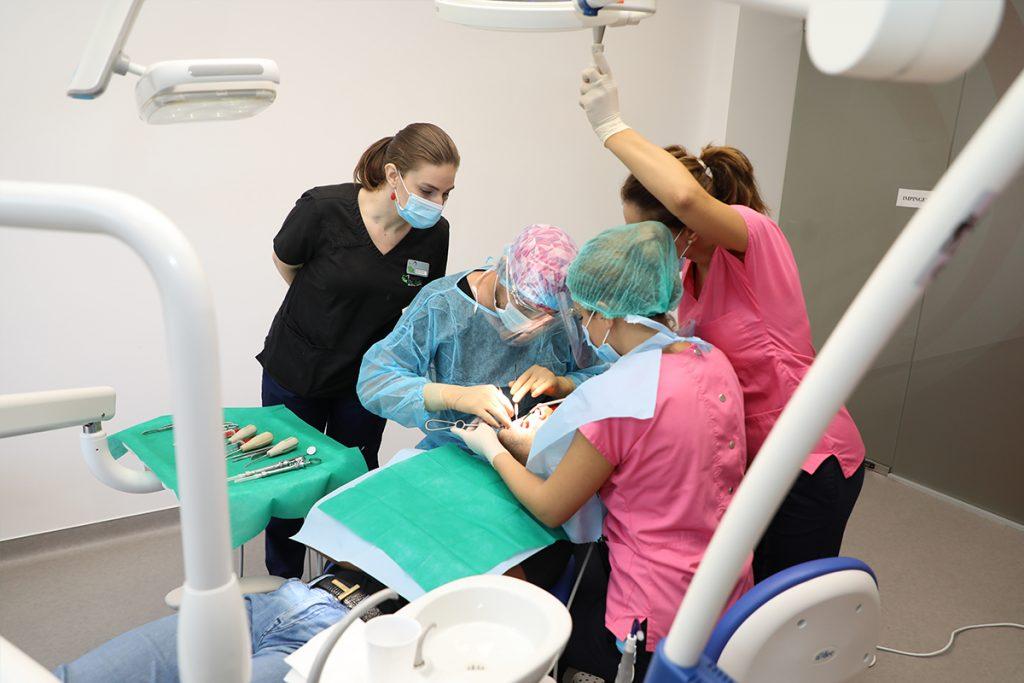 Echipa de medici de la clinicile Dr. Leahu, in timpul interventiei de extractie a maselei de minte