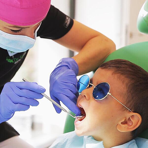 Băiețel la consultație la medicul stomatolog