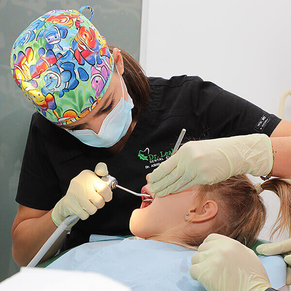 Medic stomatolog pediatru tratând o fetiță