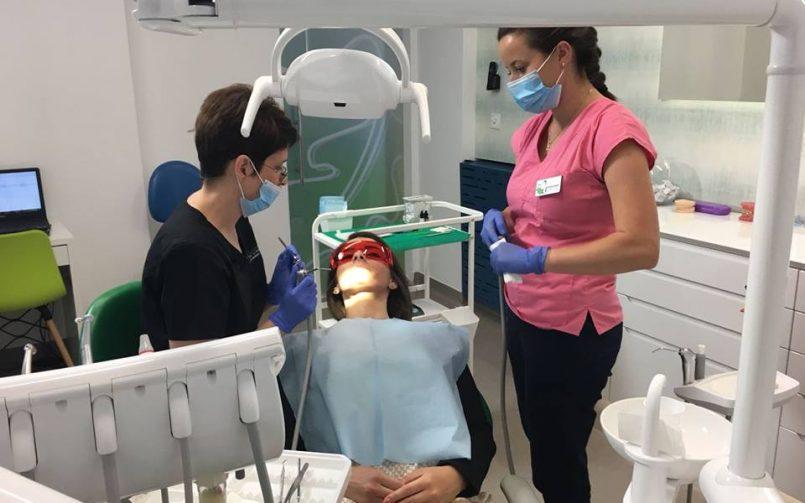 Care este diferența dintre aparatele dentare care se lipesc pe fața exterioară și cele ce se lipesc pe fața interioară a dinților?