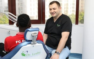 Fotbaliștii lui Dinamo, prezenți la controlul stomatologic periodic în Clinica Dr. Leahu din Caramfil