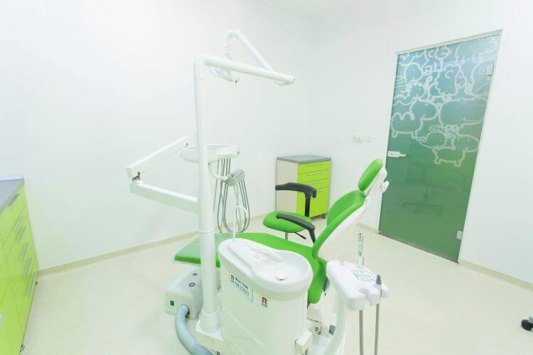 Cabinet stomatologic la clinica Dr. Leahu Pipera, cu verde și ușă cu desene