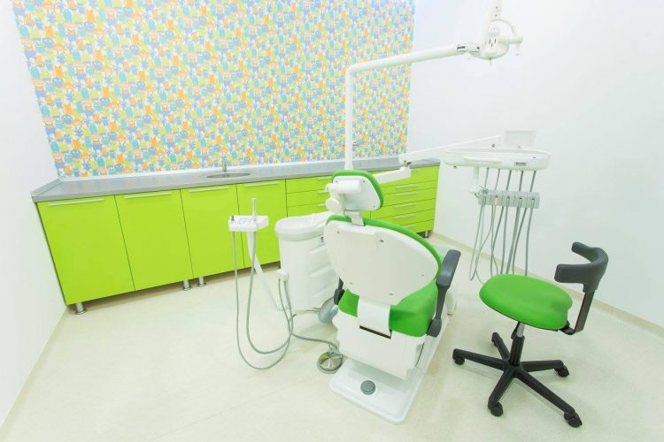 Cabinet stomatologie copii Dr. Leahu Pipera cu perete colorat