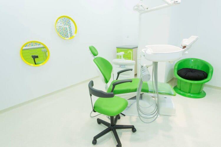 Cabinet stomatologic la clinica Dr. Leahu Pipera, în verde și galben