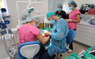 Ce face fiecare dentist în parte? Ce tratează un medic endodont, dar un medic implantolog?