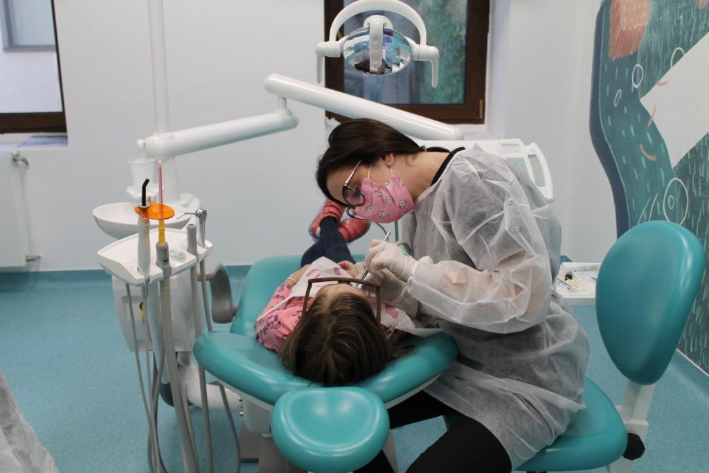 Copil cu carie de biberon, in cabinetul stomatologic