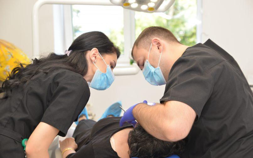 Medici alături de pacient, în timpul unei consultații