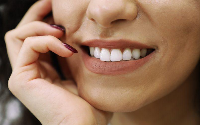 Femeie cu dantura albă care zâmbește