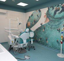 Cabinet din clinica dentara pentru copii Dr. Leahu Academia Spatiala Victoriei, cu perete colorat si decorat cu desene din spatiul cosmic