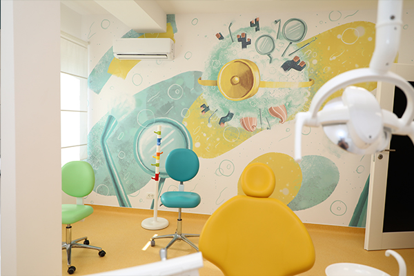Cabinet dentar pentru copii, in culorile verde si galben, din Clinica Academia Spatiala Dr. Leahu, din Capitala