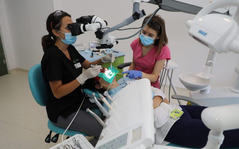 Scoaterea nervului nu doare cu ajutorul tratamentului la microscop