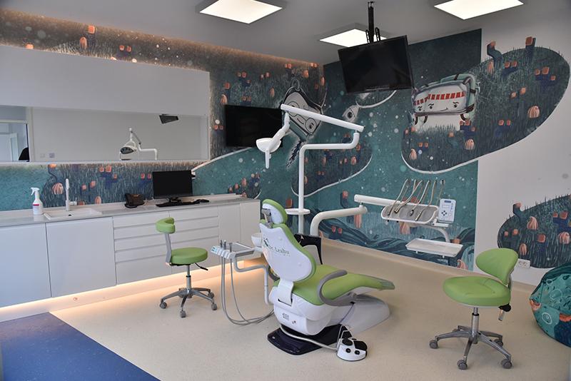 Imagine din cabinet stomatologic pentru copii, din Clinica dentara Dr. Leahu Oradea, cu personaje desenate pe pereti