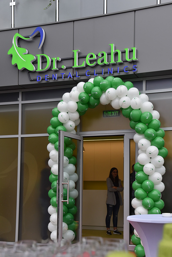 Intrarea in clinica stomatologica Dr Leahu Oradea, cu baloane albe si verzi