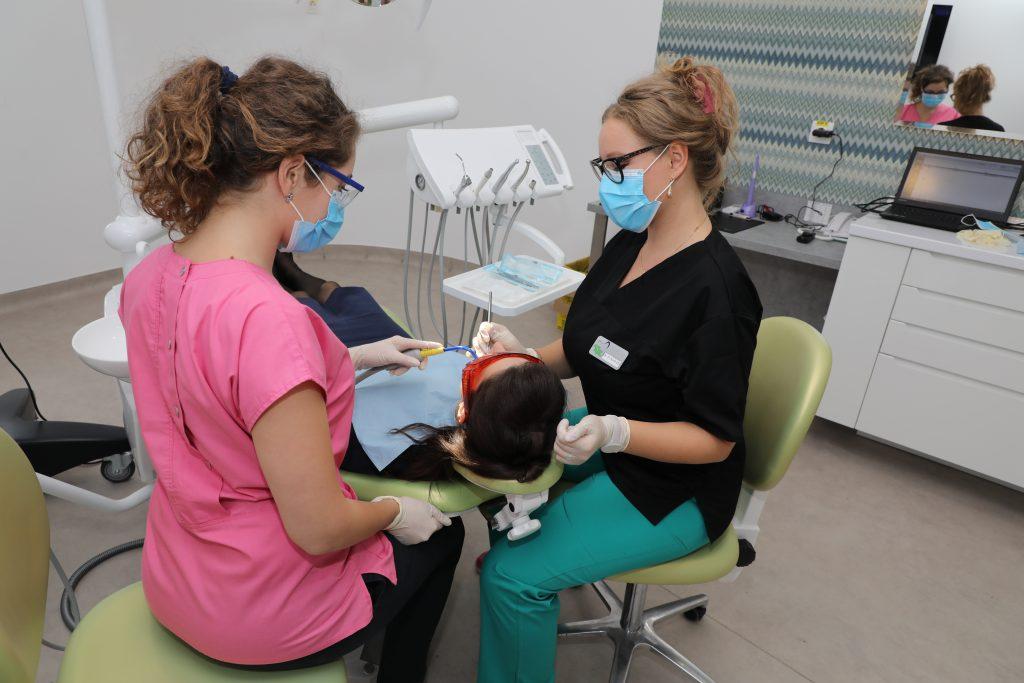 Tratamentul de albire al dinților se realizează în cabinetul stomatologic