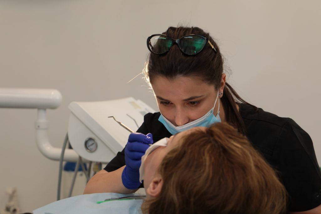 Durerea de gingie se trateaza in cabinetul stomatologic