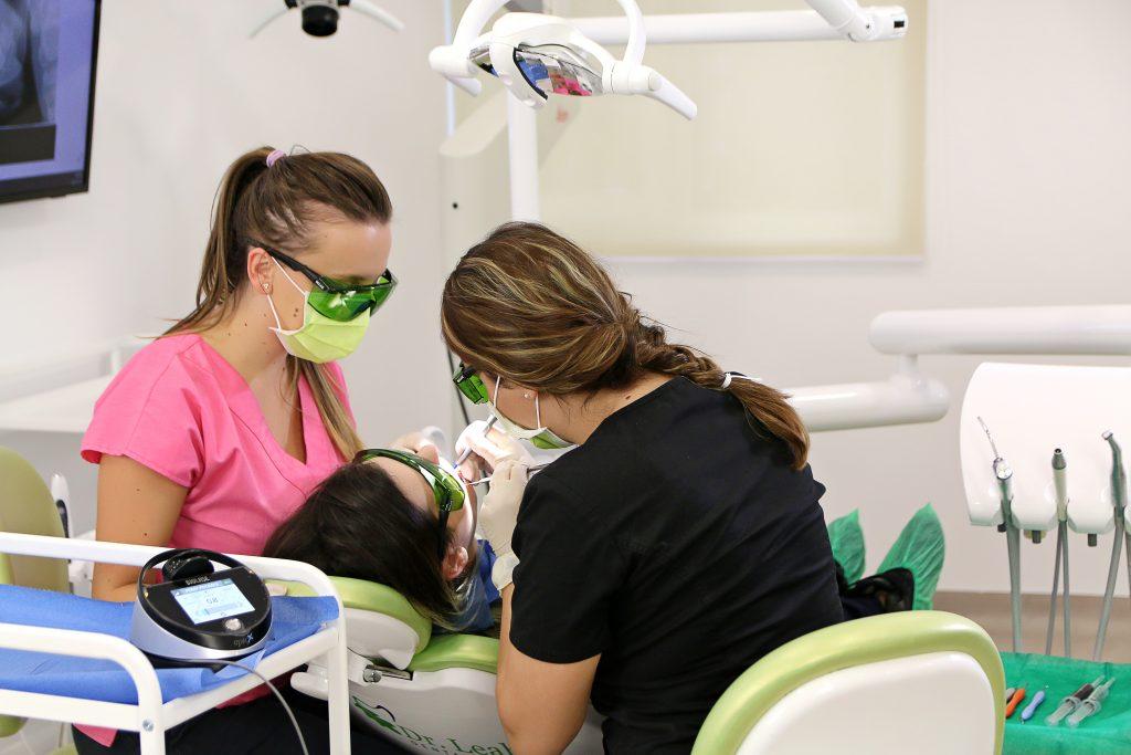 Gingivita se treatează doar în cabinetul stomatologic