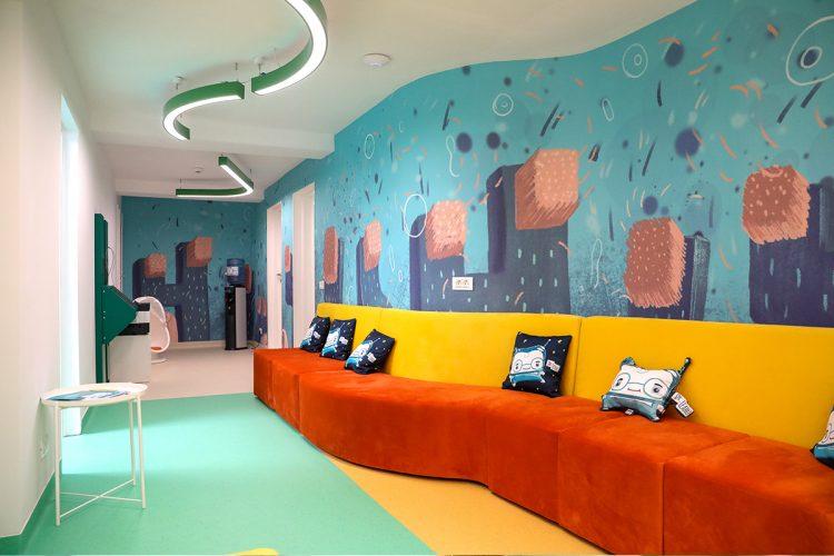 Sala de asteptare colorata, din clinica stomatologica pentru copii, Academia Spatiala Dr. Leahu, cu personaje din Lumea lui TUTI, Dintișorul Zurliu, pe pereti si pe pernute