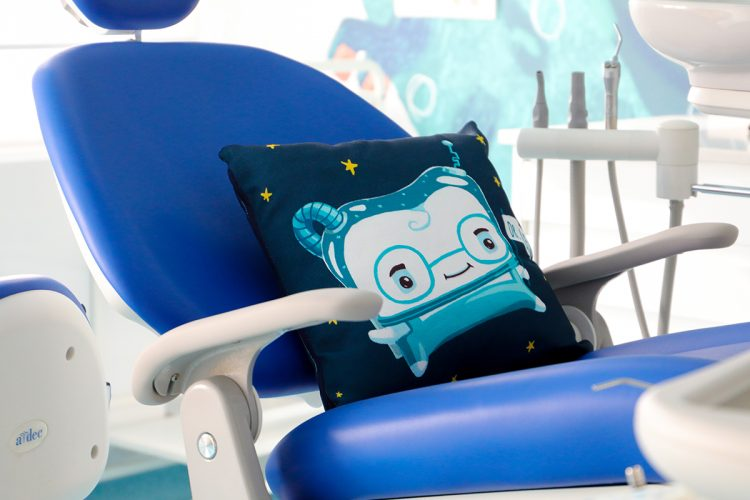 Cabinet stomatologic pentru copii, cu scaun albastru si perna cu personaj din Lumea lui TUTI, Dințișorul Zurliu