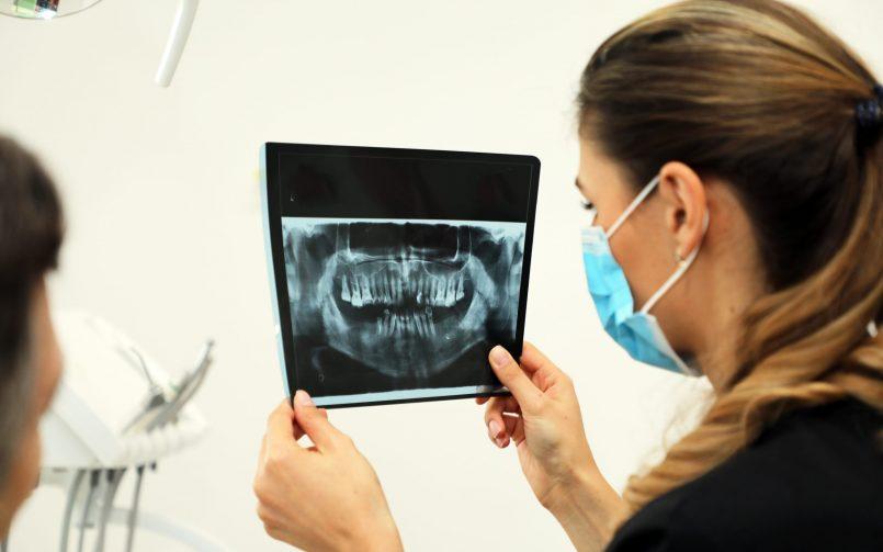 Radiografiile dentare sunt analizate de către medicii stomatologi