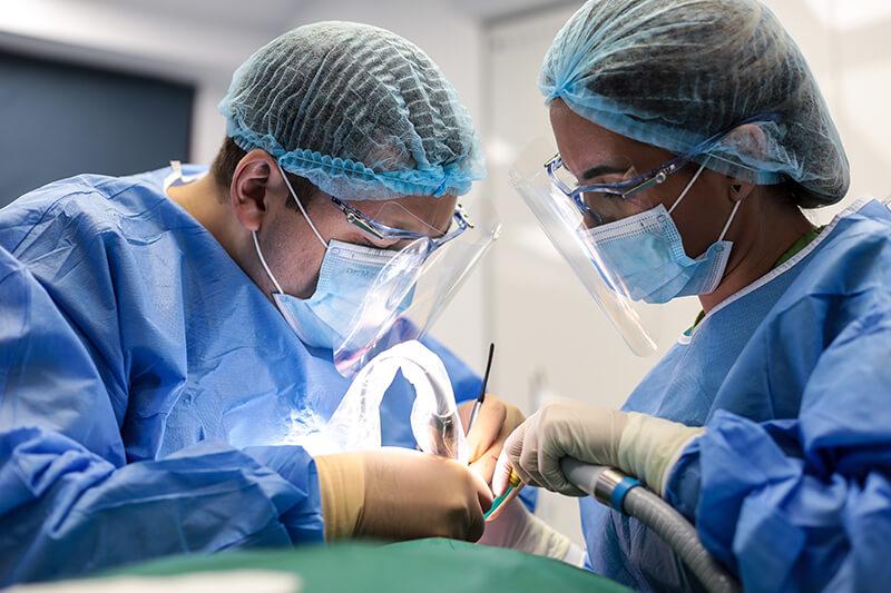 Dr. Ionuț Leahu și asistenta, în timpul unei intervenții de inserare implanturi dentare