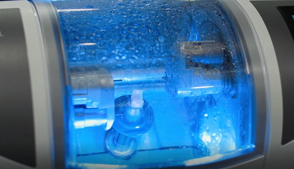 Aparatul de frezare al sistemului CEREC CAD/CAM, in timpul realizariii unei lucrari dentare din ceramica