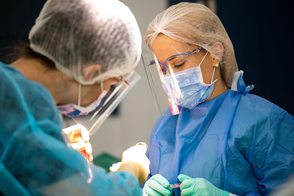 medici stomatologi in timpul interventiei de urgenta
