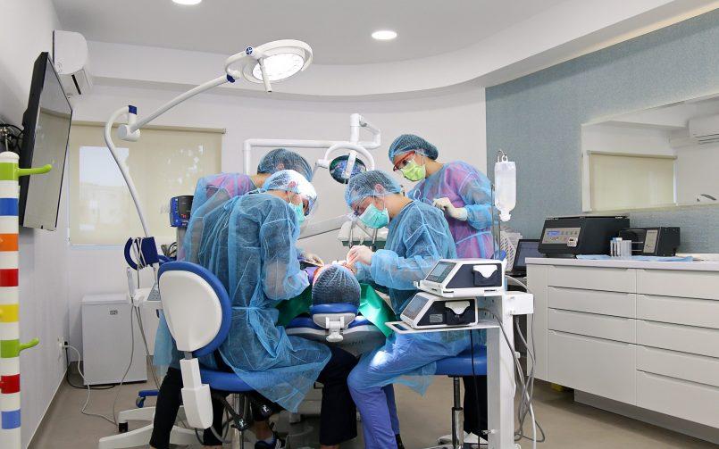 Medici in timpul interventiei chirurgicale