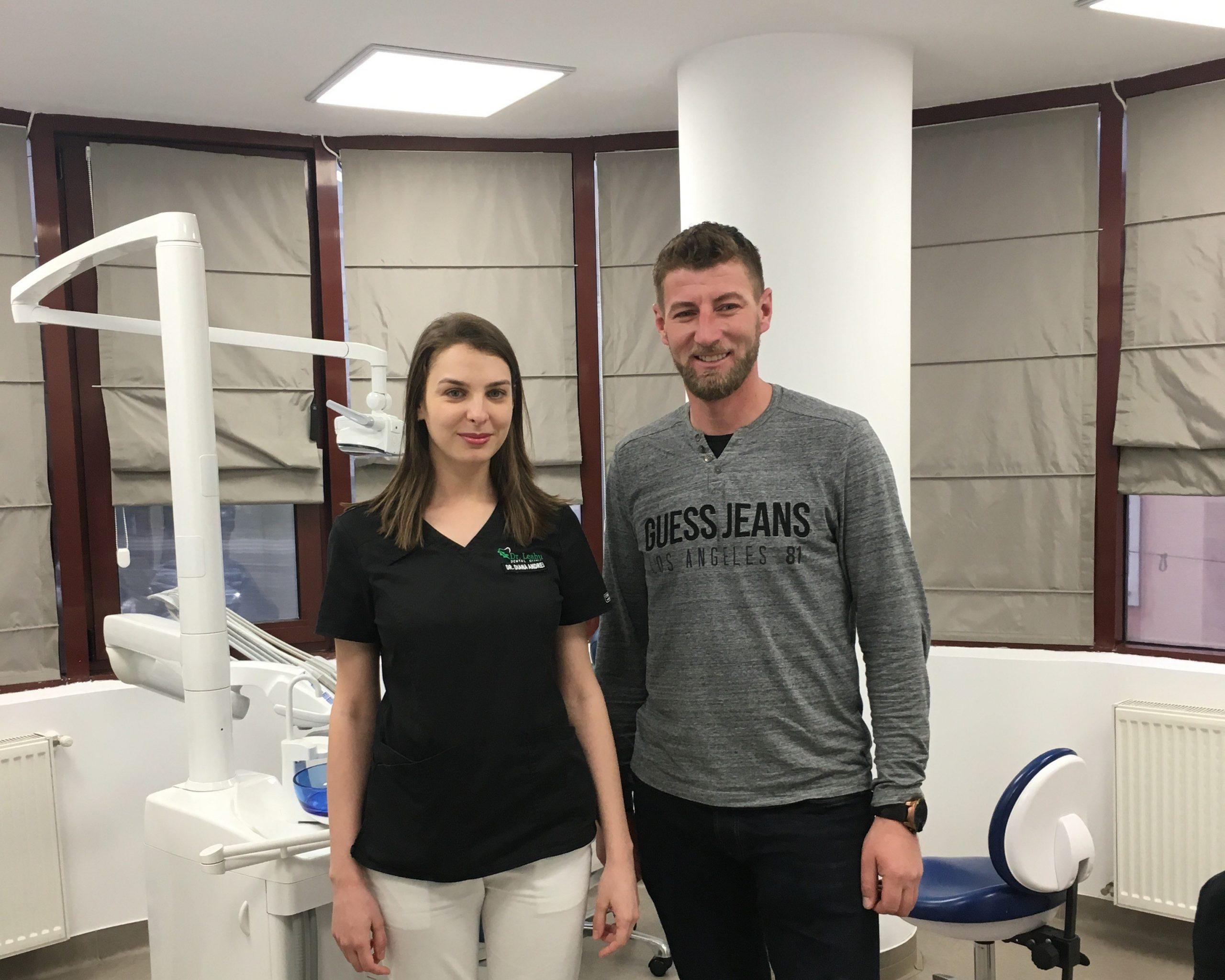 Dr. Diana Andrei in stanga si pacientul in dreapta