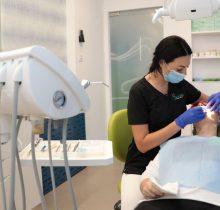 Medic stomatolog in cabinet in timpul consultatiei dentare, la Centrul de Excelenta in Chirurgie Orala Caramfil 2, din Capitala