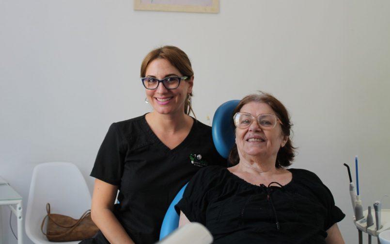 Dr. Corina Ene in stanga si pacienta in dreapta in cabinetul stomatologic