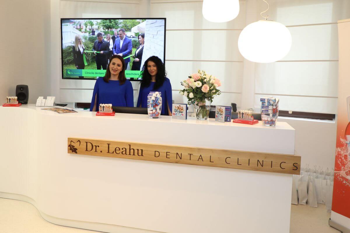 Tinere zambind la receptie, in Centrul de Excelență în estetică dentară Victoriei 19 B, din Bucuresti