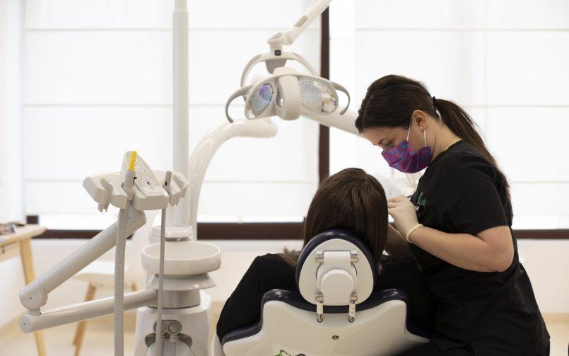 control stomatologic pentru stomatita cu pacient pe scaun si medic in dreapta