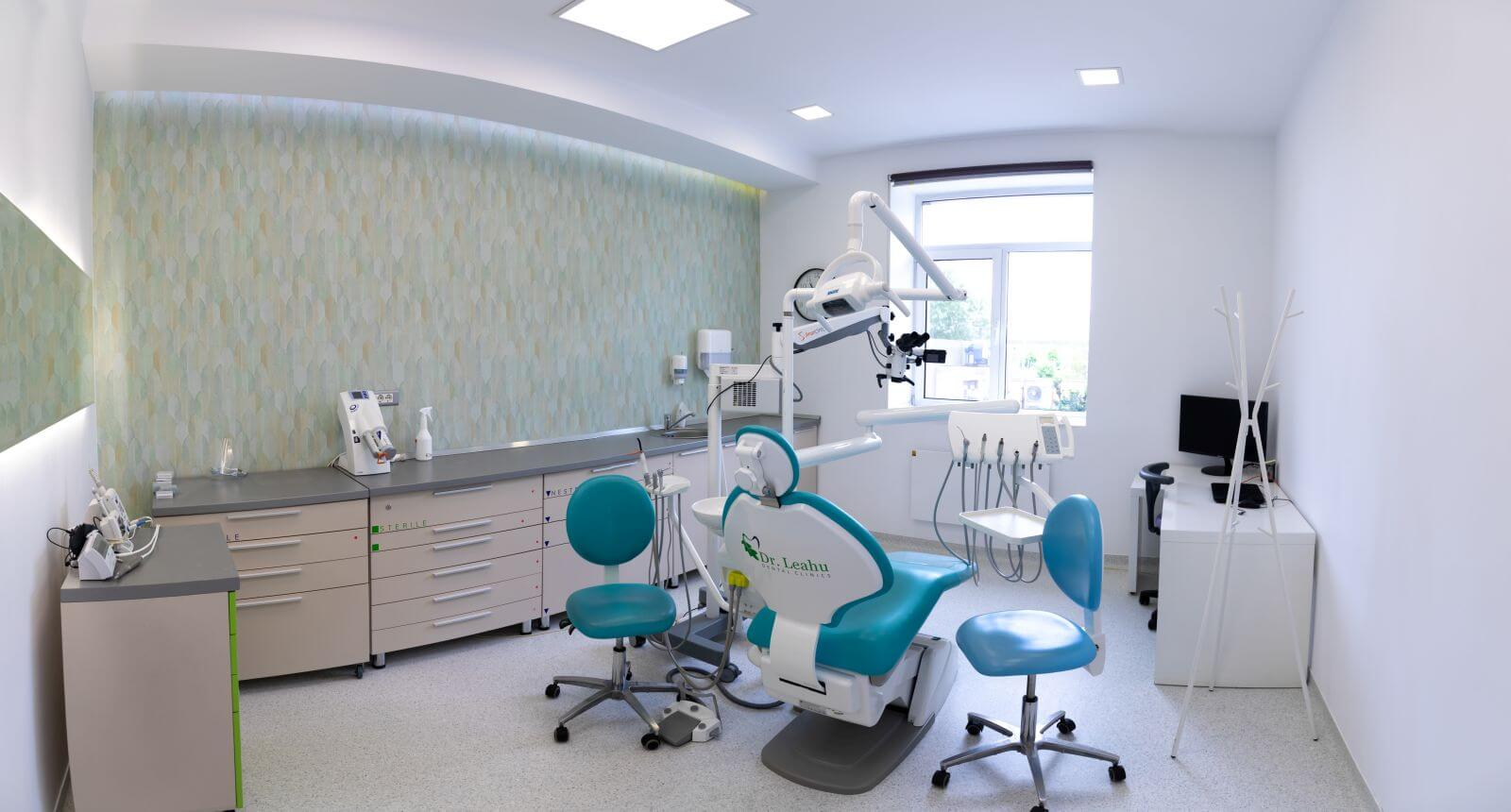 Medici dentiști și chirurgi stomatologi în timpul tratamentului pentru un pacient, in cadrul Centrului de Excelență în Implantologie Dentară Dr. Leahu Rin Grand Hotel, Clinica stomatologica sector 4 Bucuresti