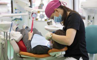 Prima vizită la stomatolog pentru copilul tău. Când și cum o programezi?