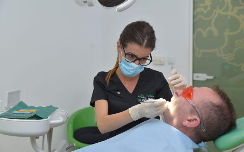 tratament pentru parodontoza realizat in cabinet de catre medic specialist parodontolog