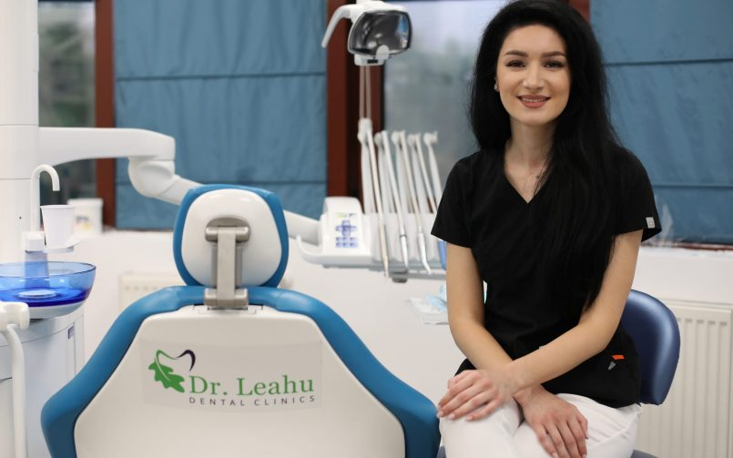 Dr. Cezara Gunea stand pe scaun ]n cabinetul stomatologic